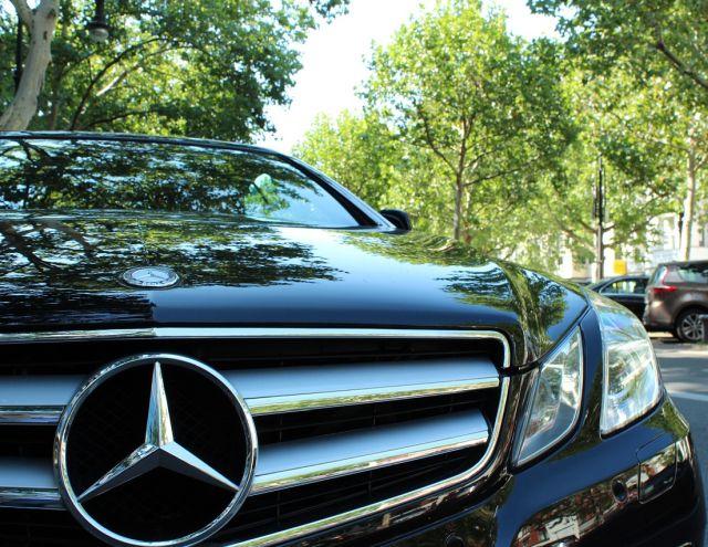 Gros plan sur une Mercedes noire.