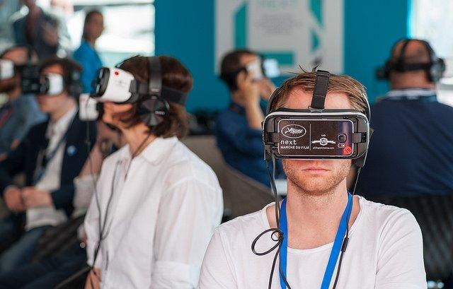 Personnes visualisant un film avec un Oculus rift pendant le Marché du film de Cannes.