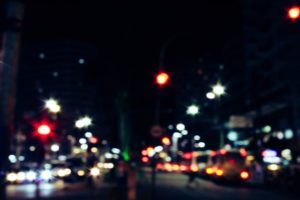 Rue de nuit avec les lumières des voitures.